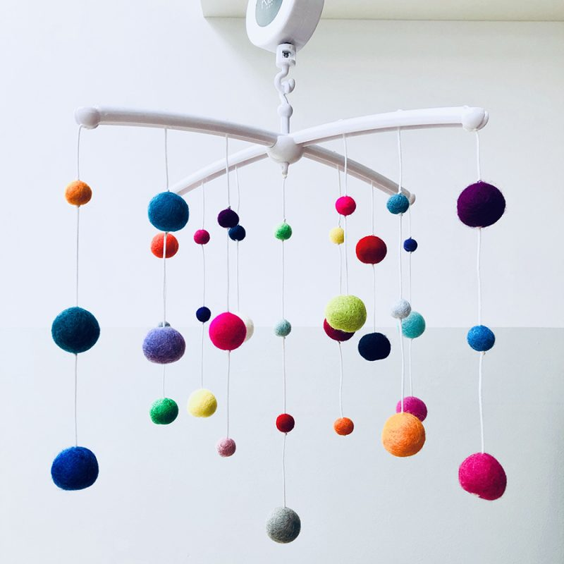 Kiekepiep muziekmobiel vilt bolletjes multicolor verkleind