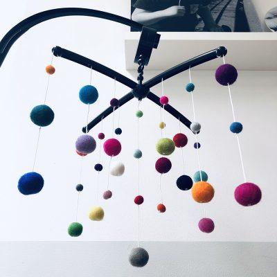 Kiekepiep muziekmobiel vilt bolletjes multicolor zwart verkleind